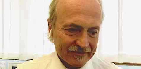 Giovanni-Ferrari-Urologo-nel-suo-studio-preparandosi-all-incontro-dedicato-al-Flexdex